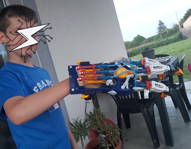 Mon fils a enfin sa main cyborg hydrolique  Buki
